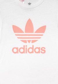 adidas Originals - SHORT TEE SET UNISEX - Trainingsbroek - white/haze coral - 3