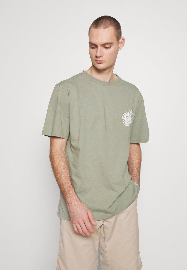 FRONT BACK GRAPHIC TEE - T-shirt print - khaki