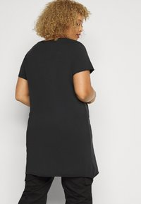 ONLY Carmakoma - CARERVINS LIFE LONG TEE - Print T-shirt - black/acid washed - 2
