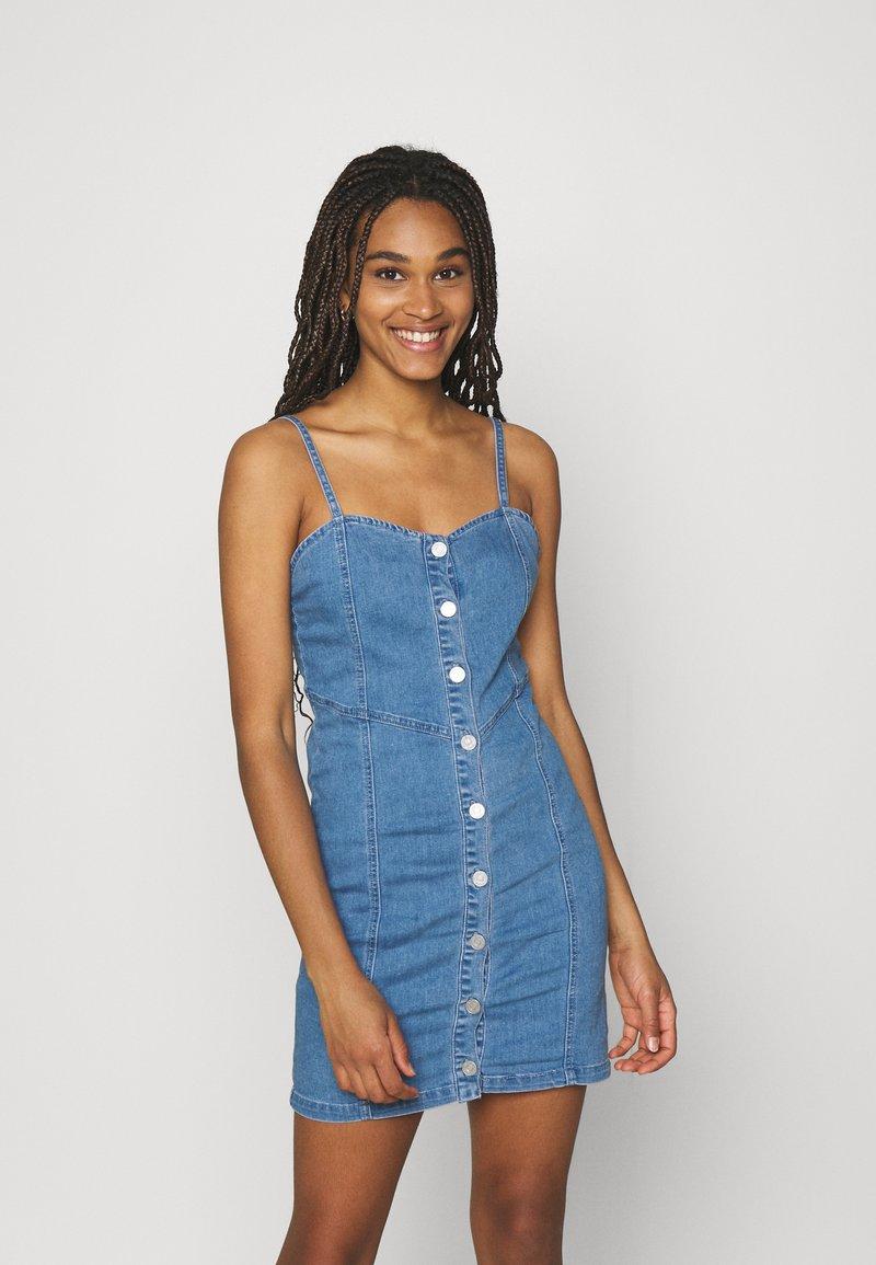 Missguided - BUTTON THROUGH CAMI DRESS - Denimové šaty - blue