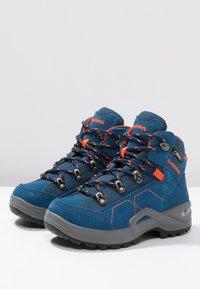 Lowa - KODY III GTX MIDJUNIOR UNISEX - Hiking shoes - blau/orange - 2