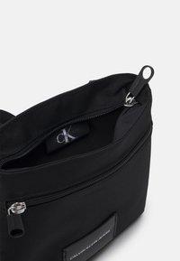 Calvin Klein Jeans - MICRO FLATPACK UNISEX - Axelremsväska - black - 2