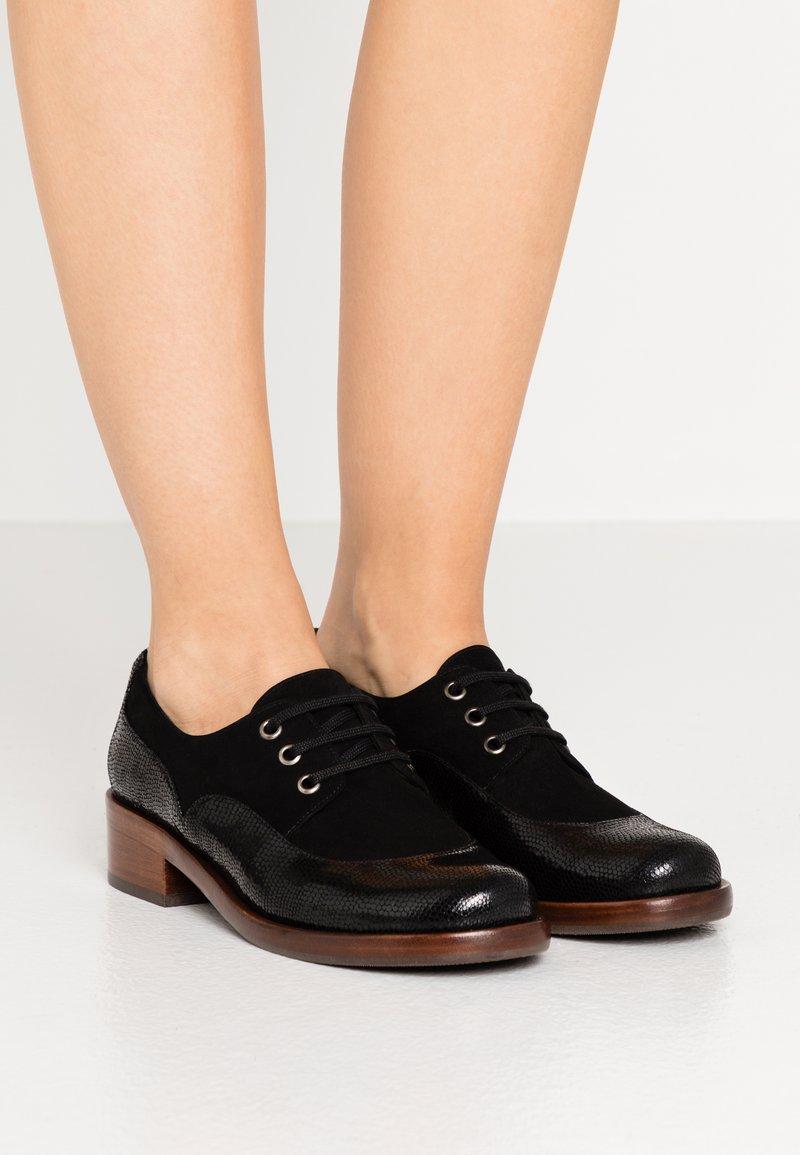 Chie Mihara - XALIS - Šněrovací boty - black