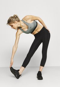 Nike Performance - BAND BRA NON PAD - Sport-BH mit mittlerer Stützkraft - smoke grey/pure/black - 3