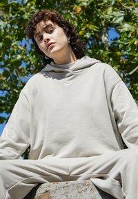 Nike Sportswear - HOODIE  - Sudadera - beige - 2
