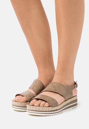 Sandály na platformě - alga