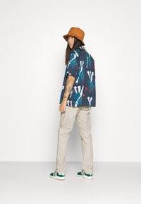 Carhartt WIP - JOHNSON PANT MIDVALE - Pantalones chinos - glaze - 3