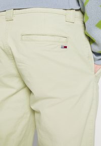 Tommy Jeans - SCANTON PANT - Chinos - green - 3