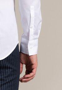 WORMLAND - Formal shirt - weiß - 3