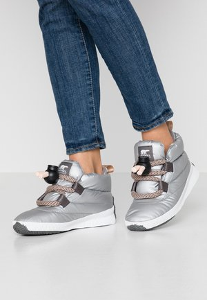 OUT N ABOUT™ PUFFY LACE - Snowboots  - pure silver