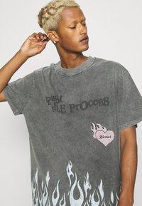 The Couture Club - TRUST THE PROCESS DISTRESSED FLAME PRINT - T-shirt imprimé - black enzyme wash - 3