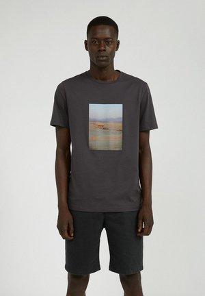 JAAMES DESERT PHOTO - T-shirt print - acid black