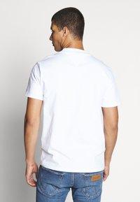 Tommy Jeans - TJM BRANDED HIGH NECK TEE - Triko spotiskem - white - 2