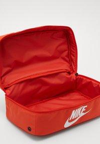 Nike Sportswear - SHOEBOX UNISEX - Sac de sport - orange/orange/white - 5