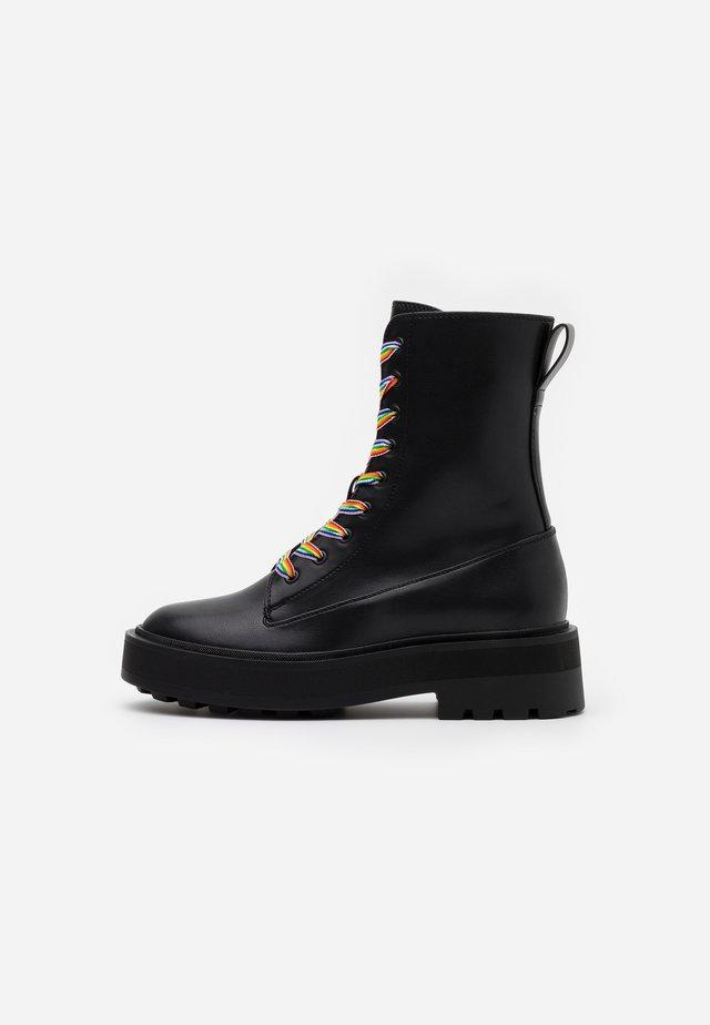 PRIDE - Kotníkové boty na platformě - black