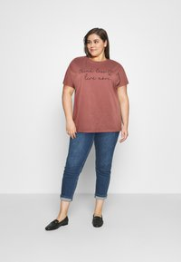 Anna Field Curvy - T-shirts med print - bordeaux - 1