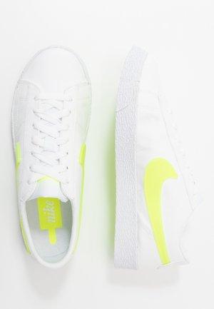 BLAZER POP - Zapatillas - white/volt