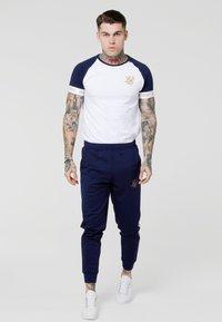 SIKSILK - TECH TEE - T-shirts med print - navy/white/gold - 1