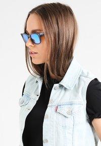 Ray-Ban - WAYFARER - Sluneční brýle - blue - 1