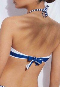 Calzedonia - MIT WATTIERUNG SANTORINI - Bikini top - hyper blue/bianco - 1
