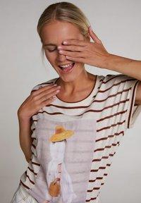 Oui - T-SHIRT IN LEGÉREN SCHNITT - Print T-shirt - offwhite brown - 4