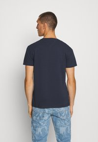 Tommy Jeans - BADGE TEE - T-shirt basique - twilight navy - 2