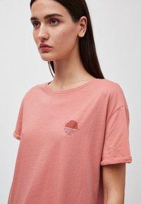 ARMEDANGELS - T-SHIRT AUS BIO-BAUMWOLLE NAALIN LITTLE SUNRISE - Print T-shirt - cinnamon rose - 3