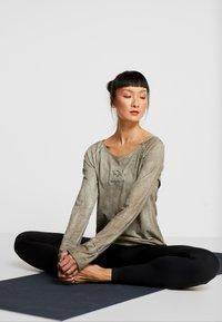 Yogasearcher - KARANI - Long sleeved top - grey - 1