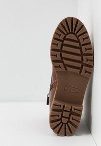 Tamaris - Šněrovací kotníkové boty - cognac - 6