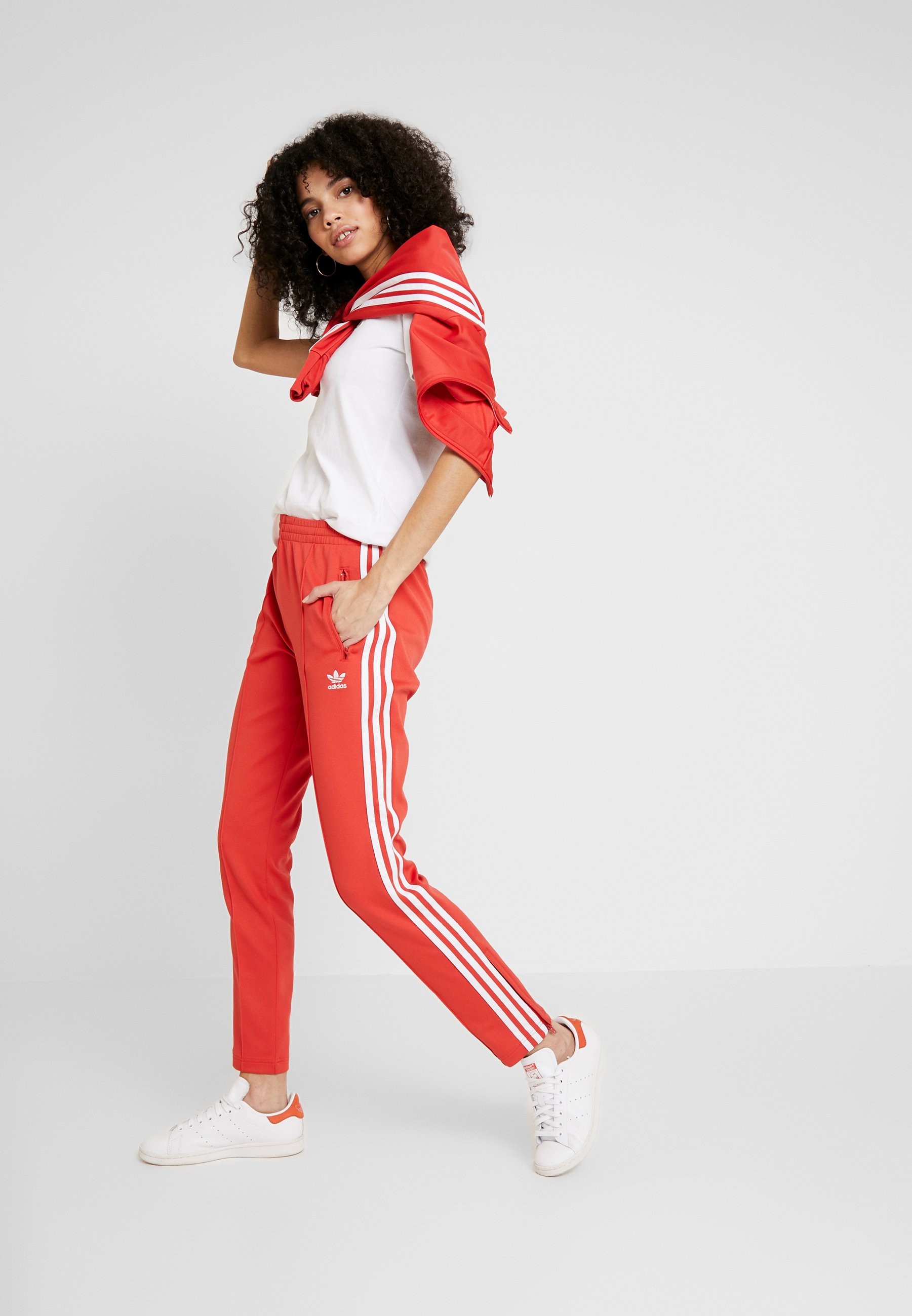 SUPERSTAR SUPER GIRL ADICOLOR TRACK PANTS - Trainingsbroek - lush red/white