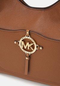 MICHAEL Michael Kors - AMY HOBO - Håndtasker - brown - 6