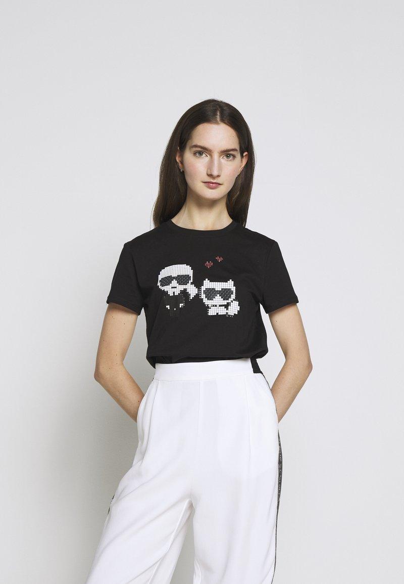KARL LAGERFELD - PIXEL CHOUPETTE - T-shirt con stampa - black