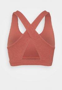 Cotton On Body - WORKOUT CUT OUT CROP - Reggiseno sportivo con sostegno leggero - chestnut - 1
