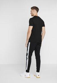 Lacoste Sport - GRAPHIC - T-shirt med print - black/white/illumination sumatra - 2