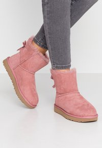 UGG - MINI BAILEY BOW - Stiefelette - pink - 0
