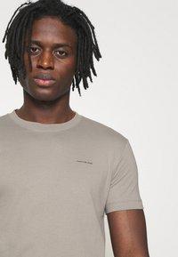 Calvin Klein Jeans - SLIM TEE 3 PACK - Jednoduché triko - olive/black/grey - 5