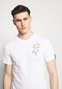 Nike Performance - DRY TEE SAVAGE - Camiseta estampada - white - 3