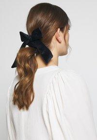 ONLY - ONLBRITT 3-PACK VELVET BOW SCRUNCHI - Hair styling accessory - blush/night sky/kalamata - 3