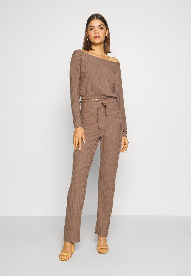 SLOUCHY SHOULDER SET - Trousers - nougat