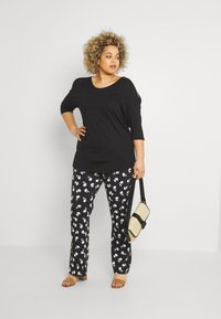 CAPSULE by Simply Be - COLD SHOULDER TUNIC - Print T-shirt - black - 1