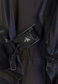 Calvin Klein Jeans - TECHNICAL 2 IN 1 UTILITY JACKET - Bodywarmer - purple/olive - 4