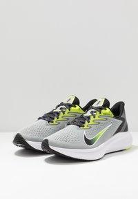 Nike Performance - ZOOM WINFLO 7 - Neutral running shoes - light smoke grey/black/volt/white - 2