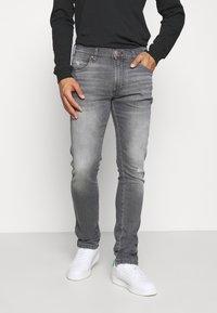 Wrangler - LARSTON - Jeans slim fit - dusty black - 0