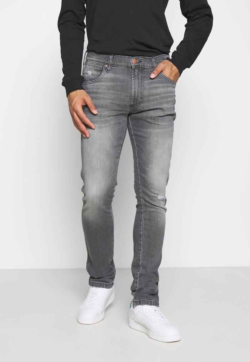 Wrangler - LARSTON - Jeans slim fit - dusty black