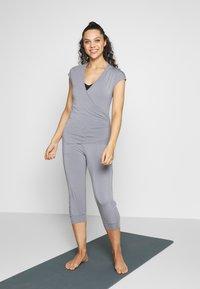 Curare Yogawear - T-shirts - pearl grey - 1