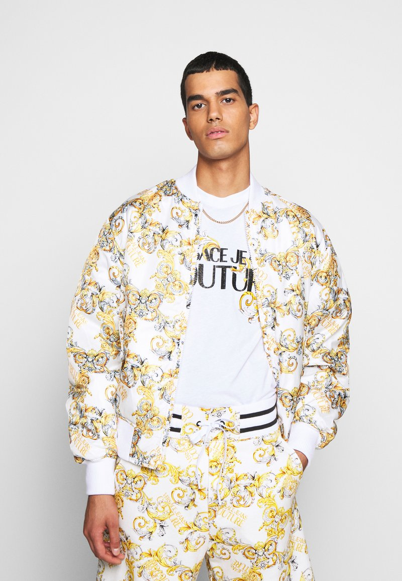 Versace Jeans Couture - RISTOP PRINTED LOGO BAROQUE - Bomberjacke - bianco ottico