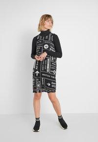 DKNY - SCOOP LONG DRESS - Freizeitkleid - black/white - 1