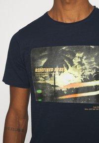 Redefined Rebel - AMARI TEE - Print T-shirt - navy - 3