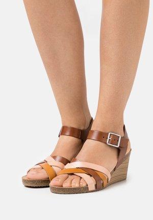 SOLYNIA - Wedge sandals - rose/marron/jaune