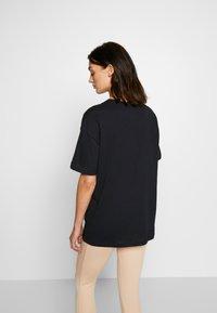 Nike Sportswear - TEE NOVEL - T-shirts med print - black/white - 2